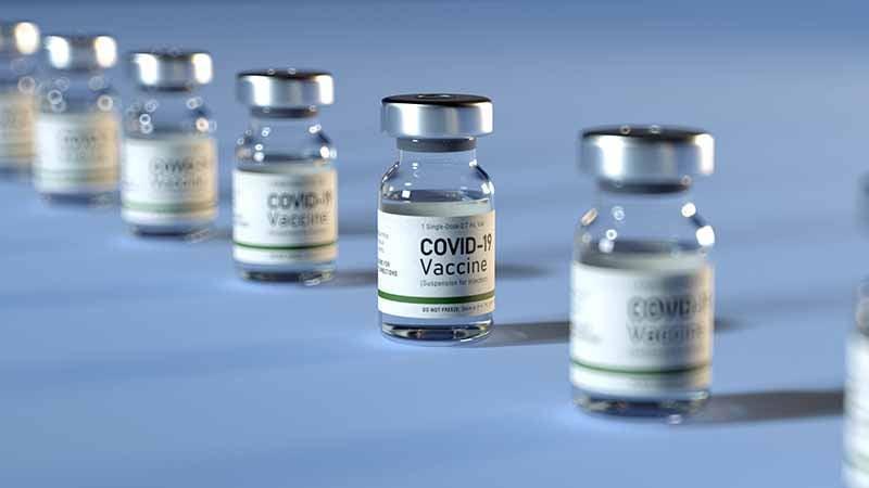 Fila de 7 contenedores de vacuna contra el COVID 19 sin marca
